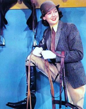 """Mini-bio / Rosalind RUSSELL fit beaucoup pour la comédie américaine, sans pour autant avoir le scintillement d'une Claudette COLBERT. Son succès repose avant tout sur une technique mécanique faite de raideur, qui servit très bien son rôle dans """"La dame du vendredi"""", où elle incarne une femme de tête aux prises avec son ex-mari. Grande, fine, mince, Rosalind RUSSELL a déjà une solide expérience de la scène lorsqu'elle arrive à Hollywood, à vingt-sept ans. Très vite, l'actrice se fait connaître. Elle a une forte personnalité. Dès ses premiers films, on la « catalogue » dans des rôles de femmes prêtes à tout pour arriver à leurs fins. D'ailleurs elle incarnera le rôle de « la chatte » dans """"The women"""" (Femmes de George CUKOR, 1939) où elle se révèlera une comédienne brillante, à l'égale de ses redoutables partenaires, Joan CRAWFORD, Norma SHEARER et Joan FONTAINE entre autres."""