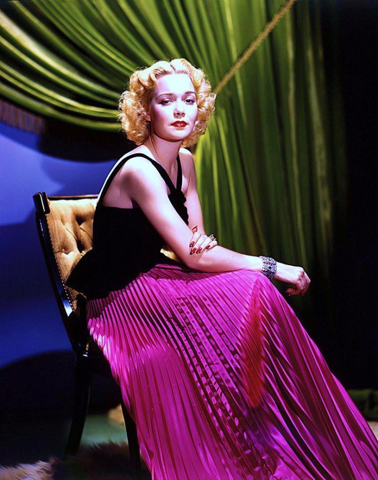 C'est dans les années 30-40 que le photographe George HURRELL aquiert la notoriété avec ses clichés de STARS telles que... (de haut en bas) Rita HAYWORTH / Patricia MACE / Frances GIFFORD / Veda Ann BORG / Pamela RANDALL / Ann GILLIS / Jane WYMAN