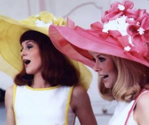"""1967 / Soeurs dans la vie et au cinéma, Catherine DENEUVE et Françoise DORLEAC jouent les jumelles GARNIER dans la comédie musicale de Jacques DEMY, """"Les demoiselles de Rochefort""""..."""