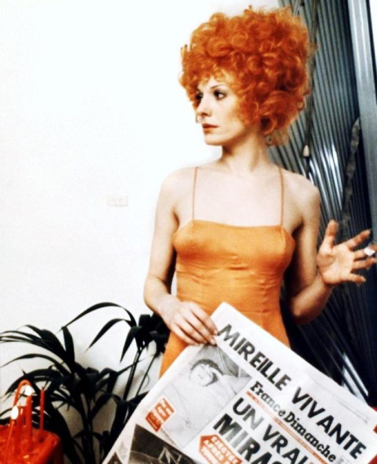 """Delphine SEYRIG, née le 10 avril 1932 à Beyrouth (Liban) et morte le 15 octobre 1990 à Paris (France), est une actrice française. Elle est la fille de l'archéologue Henri SEYRIG et d'Hermine De SAUSSURE, elle-même descendante directe d'Henri De SAUSSURE (1829-1905). Elle est également connue comme militante féministe. Ses films célèbres ; """"Muriel ou le temps d'un retour"""" en 1963 ou encore """"Mr Freedom"""" en 1969 (photos)."""
