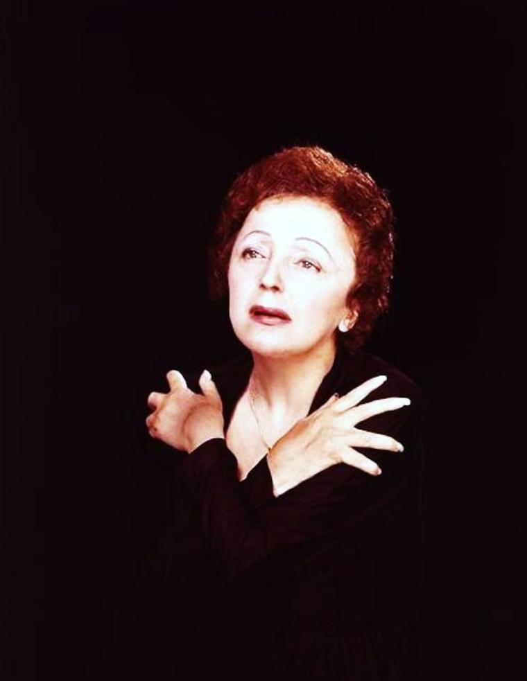 """Edith Piaf, de son vrai nom Édith Giovanna GASSION, née le 19 décembre 1915 à Paris, et morte le 10 octobre 1963 à Grasse, était une chanteuse française de music-hall et de variétés. Considérée comme l'archétype de la chanteuse française, elle reste près de cinquante ans après sa mort la plus célèbre interprète francophone, tant en France qu'à l'étranger. Surnommée à ses débuts « la Môme Piaf », elle est à l'origine de très nombreux succès devenus des classiques du répertoire, comme """"La Vie en rose"""", """"Non, je ne regrette rien"""", """"Hymne à l'amour"""", """"Mon légionnaire"""", """"La Foule"""", """"Milord"""", """"Mon Dieu"""" ou encore """"L'Accordéoniste"""". Artiste possédée par son métier et chanteuse à la voix tragique, elle a inspiré de nombreux compositeurs, fut le mentor de nombreux jeunes artistes et a connu une renommée internationale, malgré une fin de carrière rendue difficile par de graves problèmes de santé, et un décès prématuré à l'âge de 47 ans. Édith PIAF fut aussi comédienne au théâtre et au cinéma."""