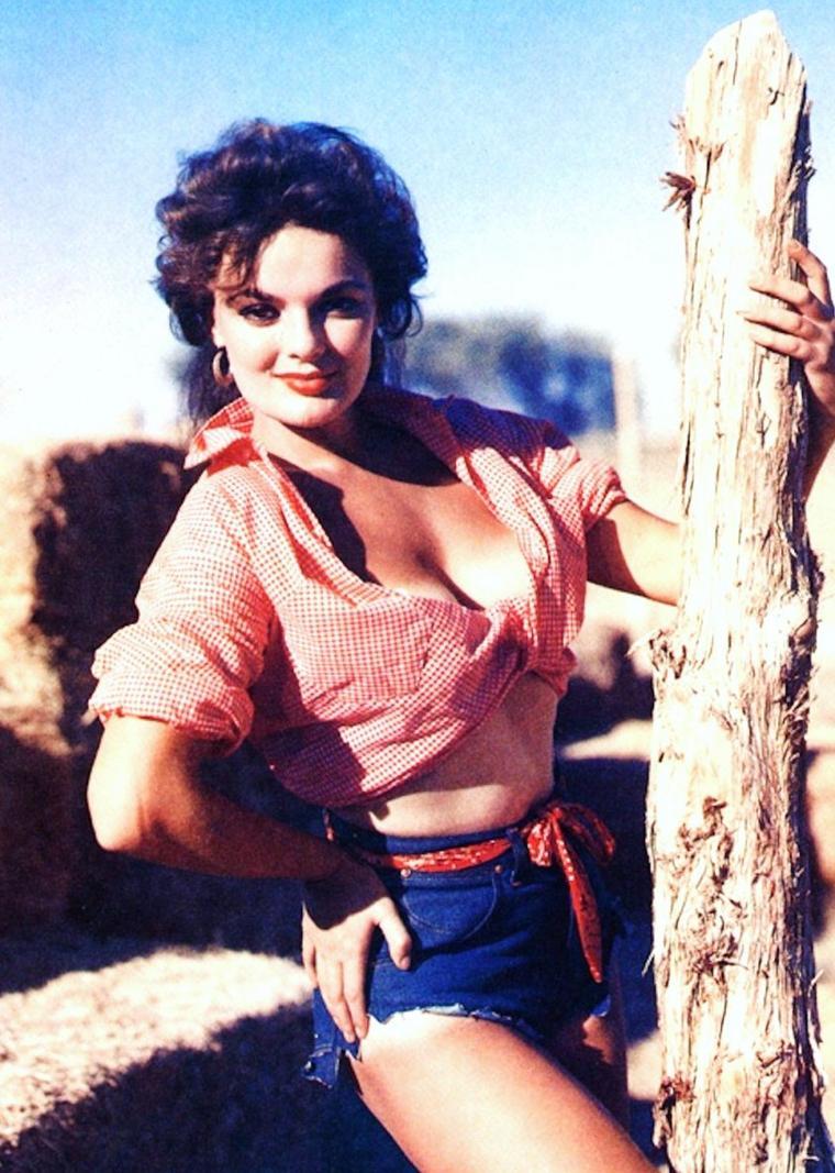 BONUS photos... Marilyn HANOLD en short...