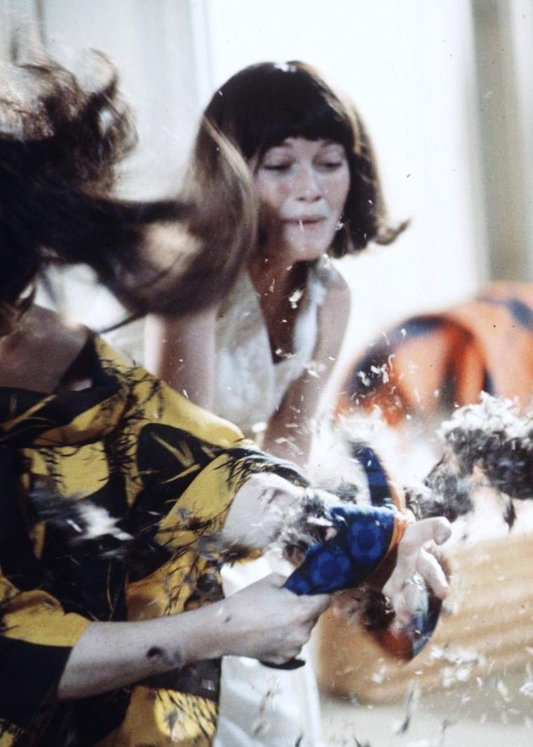 """1968 / Film culte, """"Cérémonie secrète"""" de Joseph LOSEY, avec Mia FARROW et Elizabeth TAYLOR / SYNOPSIS / Leonora, prostituée à Londres, est abordée, lors d'une visite dans un cimetière, par Cenci, jeune et riche héritière qui semble la prendre pour sa mère. Invitée par Cenci dans sa superbe demeure où elle vit seule, Leonora, accepte d'endosser le rôle de Margaret, la mère de Cenci. Les deux femmes, dont l'une a perdu sa fille et l'autre n'accepte pas la mort de sa mère, vont alors jouer à un jeu dangereux aux confins de la folie."""