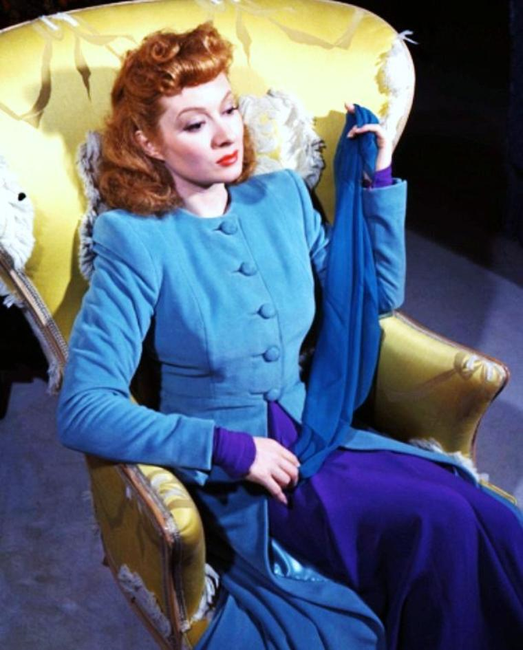 """Greer GARSON / Retraite anticipée / En 1949, Greer GARSON épouse le magnat du pétrole Buddy FOGELSS'ESTOMPER, avec qui elle trouvera le bonheur et la stabilité. Son intérêt pour le cinéma va peu à peu diminer. Elle quitte la MGM en 1954 et tourne pour la première fois un western à la Warner Bros., """"Une étrangère dans la ville"""" avec Mervyn LeROY son réalisateur fétiche. Désormais, elle ne fera plus que des apparitions épisodiques notamment à la télévision. En 1958, elle obtient un accueil chaleureux à Broadway où elle remplace Rosalind RUSSELL dans """"Auntie Mame"""". Elle joue encore au théâtre le rôle de Regina dans """"La Vipère"""" incarné par Bette DAVIS à l'écran et le rôle de Lady Cicely Waynflete dans """"La Conversion du Capitaine Brassbound"""" de George Bernard SHAW. Elle aura encore une dernière nomination aux Oscars pour le rôle de Eleanor ROOSEVELT dans """"Sunrise at Campobello"""". Elle se retire progressivement dans son ranch au Nouveau-Mexique tout en s'occupant d'environnement et d'½uvres caritatives. Elle souffre dans les années 80 de problèmes cardiaques et décédera d'arrêt du c½ur le 6 avril 1996 à Dallas, au Texas."""