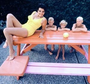STARS at Home... (de haut en bas) Vivien LEIGH and Laurence OLIVIER (1949) / Ava GARDNER (1962) / Bettie PAGE / Lucille BALL (1968) / Sophia LOREN (1965) / Lauren BACALL / Jayne MANSFIELD and Mickey HARGITAY / Jane RUSSELL and her grandchildren (1969)
