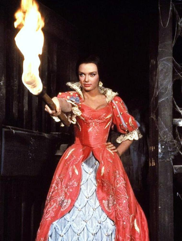 """Barbara STEELE, née le 29 décembre 1937 à Birkenhead (Grande-Bretagne), est une actrice anglaise. Elle est surtout connue pour avoir été spécialisée dans les films d'épouvante, tournés principalement en Italie. D'abord modèle, Barbara STEELE décroche, vers la fin des années 1950, un des tout derniers contrats de 7 ans signés par la compagnie cinématographique anglaise """"J. Arthur Rank Organization"""", pour laquelle elle ne tournera du reste qu'une poignée de petits rôles secondaires. Très vite, ce contrat longue durée est racheté par la Twentieth Century Fox, qui voit en elle la future partenaire d'Elvis PRESLEY, dans """"Les Rôdeurs de la plaine"""" (1960) que doit réaliser Don SIEGEL. Révoltée par le traitement que lui inflige Hollywood, elle abandonne le projet et rompt son contrat..."""