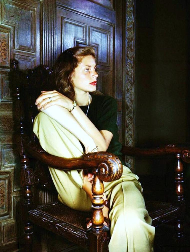"""Lauren BACALL / Elle épouse Humphrey BOGART en 1945. Considérés comme incarnant un couple modèle à Hollywood, ils restent ensemble jusqu'à la mort de l'acteur en 1957. Ils tournent ensemble trois films après """"Le Port de l'angoisse"""" : """"Le Grand Sommeil"""" (The Big Sleep), """"Les Passagers de la nuit"""" (Dark Passage) et """"Key Largo"""" de John HUSTON. À la mort de BOGART, Lauren quitte la Californie pour New York où elle se produit au théâtre à Broadway. Elle joue dans plusieurs pièces jusqu'en 1995, dont """"Goodbye, Charley"""" en 1959, """"Cactus Flower"""" en 1965, """"Applause"""" en 1970 et """"Woman of the Year"""" en 1981. Si celle-ci se ralentit, elle n'abandonne pas pour autant sa carrière cinématographique et tourne régulièrement depuis 1959 avec des réalisateurs aussi différents que Sidney LUMET (""""Le Crime de l'Orient-Express"""") en 1974, Robert ALTMAN (""""Health"""" en 1979, """"Prêt-à-porter"""" en 1994), ou Lars Von TRIER (""""Dogville"""" en 2002). Lauren BACALL a deux enfants de son mariage avec BOGART, un fils producteur, Stephen BOGART et une fille infirmière, Leslie BOGART. Elle épouse Jason ROBARDS en 1961 dont elle a un fils, l'acteur Sam ROBARDS. Ils divorceront en 1969. Lauren BACALL a écrit deux autobiographies, """"Lauren BACALL : By Myself"""" en (1978) et """"Now"""" en (1994). Autre orthographe de son identité : Lauren BACCAL. Étant une légende d'Hollywood, elle continue à tourner malgré son âge, comme Danielle DARRIEUX en France, même si depuis de nombreuses années elle n'assure plus que des voxographies dans des séries ou films d'animation. Elle a reçu un Oscar d'honneur en 2009. Elle est la cousine de Shimon PERES né Szimon PERSKI."""