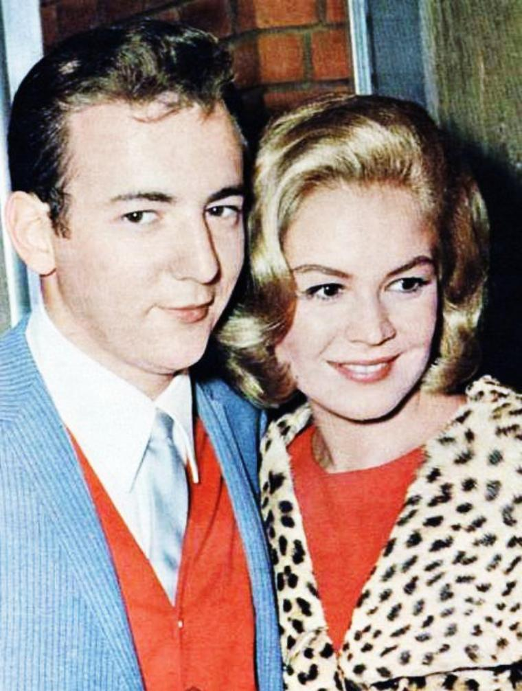 COUPLES à la ville... Le couple heureux qui se reconnaît dans l'amour défie l'univers et le temps ; il se suffit, il réalise l'absolu. Simone De BEAUVOIR / de haut en bas / Sandra DEE and Bobby DARIN / Audrey HEPBURN and Mel FERRER / Barbara STANWYCK and Robert TAYLOR / Jane FONDA and Roger VADIM / Jayne MANSFIELD and Mickey HARGITAY / Joanne WOODWARD and Paul NEWMAN / Lucille BALL and Desi ARNAZ / Janet LEIGH and Tony CURTIS
