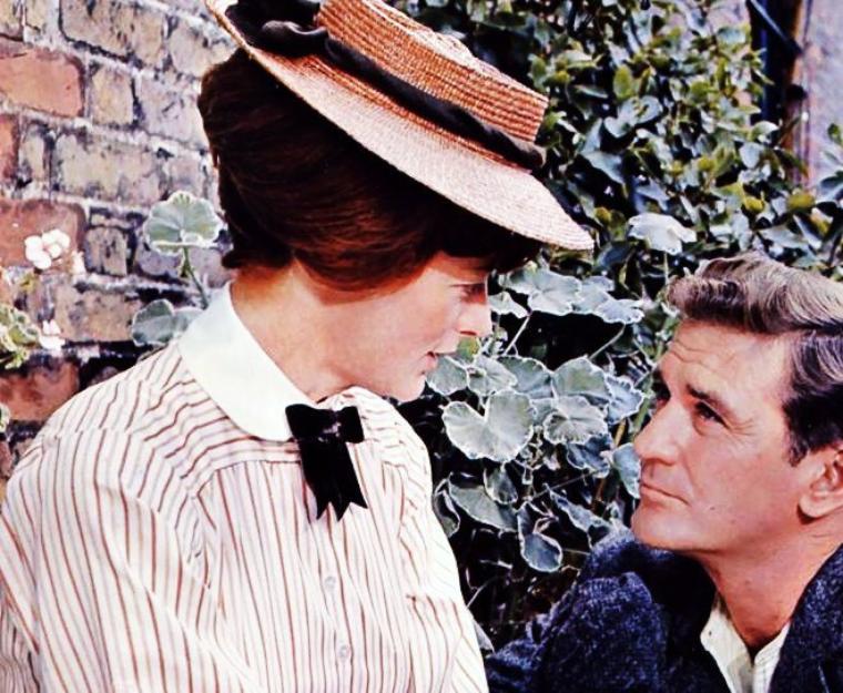 Dame Margaret Natalie SMITH, DBE, plus connue sous son nom de scène Maggie SMITH, est une actrice britannique née le 28 décembre 1934 à Ilford, dans l'Essex (Royaume-Uni). Considérée comme l'une des actrices les plus illustres du théâtre et du cinéma anglais de la seconde moitié du XXème siècle, elle est lauréate de 2 Oscars, 2 Golden Globes, 6 BAFTAs, 3 Emmy Awards et 1 Tony Award.