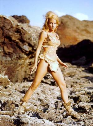"""Cuir et peau de bête... En 1966, Raquel WELCH incarne tour à tour, Elena dans le film """"Les ogresses"""" et Loana dans """"Un million d'années avant J.C.""""..."""
