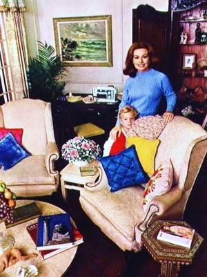 EN FAMILLE : de haut en bas : Barbara EDEN / Les soeurs KESSLER, Alice et Ellen / Ingrid BERGMAN / Grace KELLY / Hayley MILLS / Suzy PARKER et sa soeur Dorian LEIGH (mannequin) / Jeanne CRAIN / Joan CRAWFORD et sa fille Christina