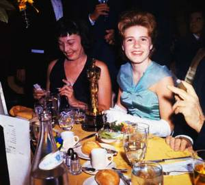 Obligations de STARS, participer, entre autres, à de nombreuses soirées mondaines ou de galas, clauses souvent invoquées dans leur contrat avec les studios qui les ont engagé... On reconnaîtra sur ces photos, de haut en bas... Bette DAVIS (1962) / Gina LOLLOBRIGIDA aux côtés du peintre Salvador DALI (1965) / Mitzi GAYNOR, Ethel MERMAN et Lucille BALL (1965) / Patty DUKE (1965) / Rosalind RUSSELL, Greer GARSON et Merle OBERON (1965) / Vivian VANCE / Shelley WINTERS (1962) / Natalie WOOD aux côtés de Robert WAGNER et Sammy DAVIS Jr.