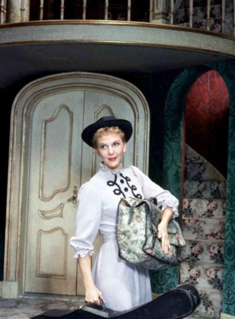 """1959 / RETOUR AUX ORIGINES / Mary MARTIN : Elle débute au théâtre à Broadway en 1938 et s'y produit jusqu'en 1978, principalement dans des comédies musicales. Elle est notamment la créatrice, en 1959, du rôle de Maria Von TRAPP, dans """"La Mélodie du bonheur"""" au théâtre, rôle repris par Julie ANDREWS dans l'adaptation cinématographique de 1965. (voir article de ce film dans le blog)."""