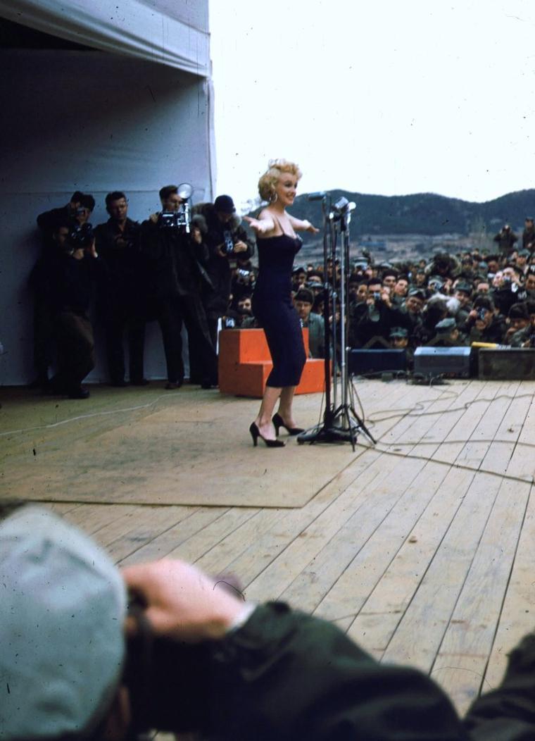 Ces STARS qui remontent le moral des troupes, telles... (de haut en bas) Marilyn MONROE (2 photos, Corée 1954) / Debbie REYNOLDS (Corée 1955) / Jayne MANSFIELD (Corée 1955) / Ann MARGRET (2 photos, Vietnam 1966) / Martha RAYE (2 photos, Vietnam 1969).