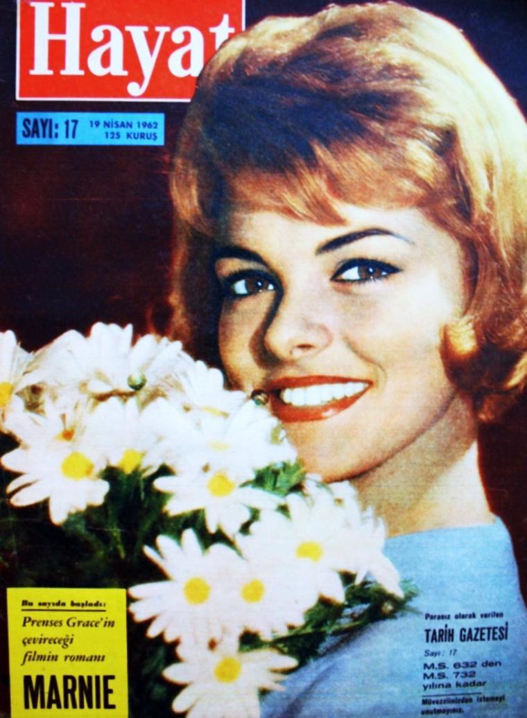 Une actrice Française s'en est allée aujourd'hui... Perrette PRADIER, de son vrai nom Perrette Marie Mathilde CHEVAU, est une comédienne française née le 17 avril 1938 à Hanoï et décédée à l'âge de 74 ans le 16 janvier 2013 à Rueil-Malmaison d'une crise cardiaque. Elle fut la voix Française de nombreuses STARS, telles Faye DUNAWAY, Jacqueline BISSET, Glenda JACKSON, Inger STEVENS, Diane KEATON, Margot KIDDER, Jane FONDA ou encore Sheree NORTH.