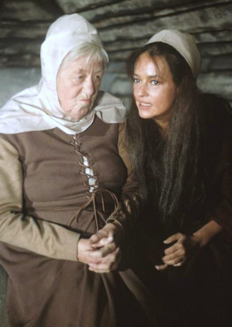 """1965 / Jeanne MOREAU donne la réplique à Margaret RUTHERFORD et Orson WELLES dans le film """"Falstaff"""" / """"Falstaff"""" (Campanadas a medianoche) est un film hispano-suisse d'Orson WELLES de 1965 basé sur le personnage de Falstaff, protagoniste des pièces """"Henri IV"""" et """"Les Joyeuses Commères de Windsor"""" de William SHAKESPEARE. Orson WELLES considérait ce film comme son meilleur film avec """"Le Procès"""" de 1962. Il apparaît à certains critiques comme son ½uvre la plus achevée, """"Falstaff"""" est à la fois un personnage de SHAKESPEARE recréé de toutes pièces par WELLES — reconstruit — et l'autoportrait dérisoire de l'artiste et du cinéaste / SYNOPSIS / Dans une taverne, le prince Hal, fils du roi Henry IV d'Angleterre, mène une vie dévergondée sous l'influence du chevalier Jack FALSTAFF, son tuteur. Mais le prince Harry conduit victorieusement son armée à la guerre alors que son père se meurt. Devenu le roi Henri V, le prince renie ses anciennes amitiés, et bannit ses compagnons de beuverie. Trahi, FALSTAFF s'éteint face à ses rêves brisés de pouvoirs et de puissance à jamais fantasmés…"""