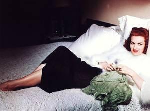 """DOUCE et BONNE NUIT à toutes et à tous ! Et n'oubliez pas de dire à l'être cher : """"Je t'aime !""""... (de haut en bas) Elaine STEWART / Jayne MANSFIELD / Jane FONDA / Marilyn / Julie CHRISTIE / Maureen O'HARA / Mamie Van DOREN / Marie LAFORET (et Alain DELON)."""
