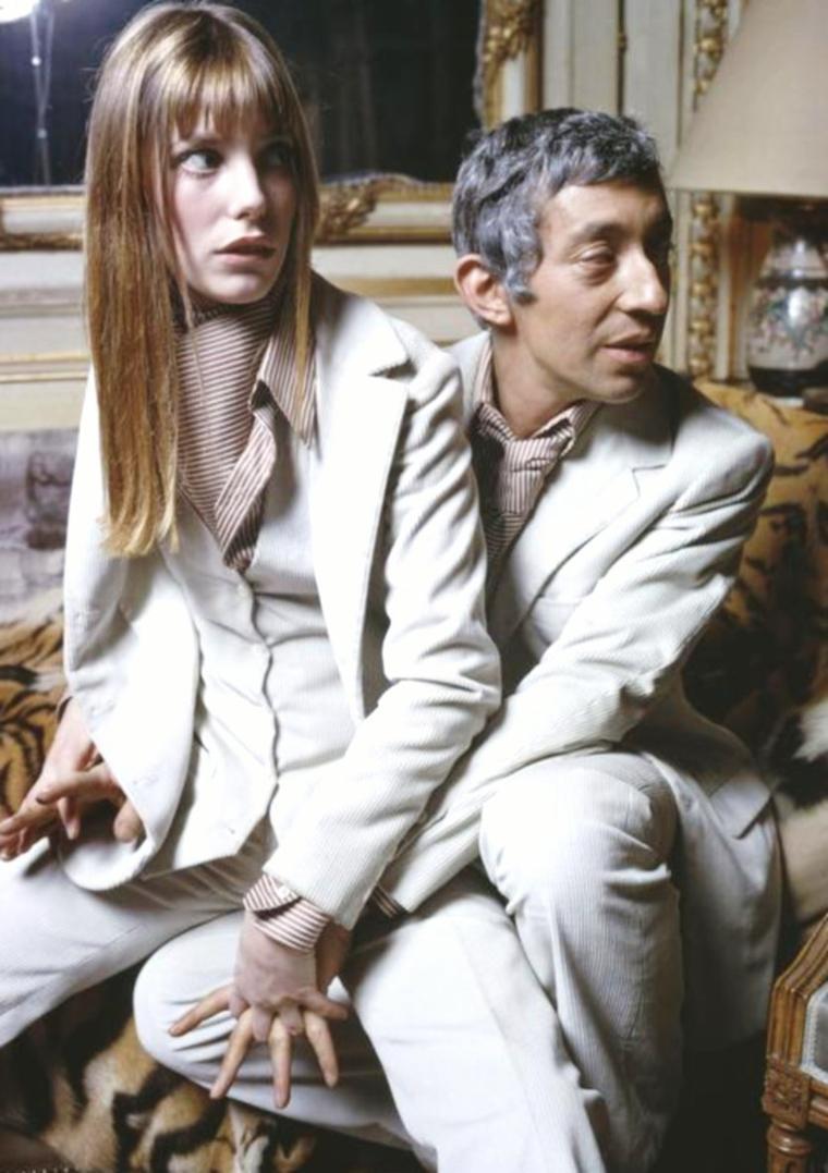 """COUPLE DE LEGENDE : Jane BIRKIN et Serge GAINSBOURG / RENCONTRE / Elle décide alors d'aller en France pour tenter sa chance comme actrice. Elle est engagée après des essais désastreux (elle finira en pleurs) pour le film """"Slogan"""" de Pierre GRIMBLAT sur lequel elle rencontre l'acteur et auteur-compositeur-interprète-cinéaste français Serge GAINSBOURG. GRIMBLAT raconte qu'au début du tournage, BIRKIN et GAINSBOURG ne s'entendaient pas du tout (GAINSBOURG sortait de sa relation avec Brigitte BARDOT et n'appréciait pas trop cette Anglaise qui faisait des fautes de français) et qu'il les a invités à dîner au restaurant Maxim's, dîner auquel il n'est pas allé. Elle devient alors la compagne de Serge GAINSBOURG ; ils sont pendant dix ans un couple très médiatique, et ont une fille, Charlotte GAINSBOURG, en 1971. Elle s'accorde une pause dans sa carrière de 1971 à 1972, suite à la naissance de Charlotte. Elle apparaît dans un rôle comme l'amant de Brigitte BARDOT dans """"Don Juan ou si Don Juan était une femme"""" en 1973. En 1975, elle a un des rôle principaux dans le premier film de Serge en tant que réalisateur, """"Je t'aime moi non plus"""" qui attire l'attention et le scandale au sujet du film qui évoque l'ambiguïté sexuelle et la sodomie. Pour sa performance, elle est nommée au César de la meilleure actrice. En préservant en parallèle entre 1975 et 1985, plusieurs incartades dans la comédie populaire comme au côté de Pierre RICHARD dans """"La Moutarde me monte au nez"""" ou encore avec Patrick DEWAERE dans """"Catherine et compagnie"""", BIRKIN parvient à convaincre à la fois la critique et le grand public. Elle quitte Serge GAINSBOURG. Plusieurs raisons sont avancées : l'alcool, le mode de vie et même des coups qu'elle a reçus d'après le propre aveu de Serge GAINSBOURG (aveu qu'il fait à sa première femme). Après cette rupture, elle est, de 1980 à 1992, la compagne du réalisateur Jacques DOILLON, avec lequel elle a une fille, Lou DOILLON. On lui connaît ensuite une relation avec l'auteur"""