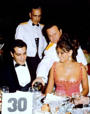 Et toujours la rubrique... MONDANITES / de haut en bas / Claudia CARDINALE (with Omar SHARIF) / Elizabeth TAYLOR (with Eddie FISHER) / Joan CRAWFORD and Debbie REYNOLDS / Simone SIGNORET and Marilyn MONROE (with Arthur MILLER and Yves MONTAND) / Natalie WOOD (with Warren BEATTY) / Sandra DEE (with Bobby DARIN) / Cyd CHARISSE / Lucille BALL and Vivian VANCE