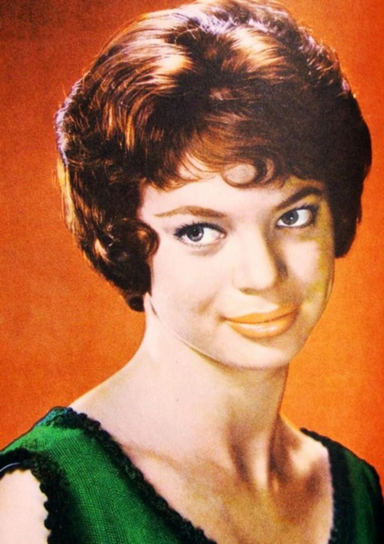 Le 25 Septembre 1935, Juliet Anne PROWSE (connue sous le pseudo de Juliet PROWSE) était née à Bombay, le 14 Septembre 1996 elle s'éteignait à Los Angeles. Entretemps elle avait dansé, virevoltant et éblouissant les écrans et mené des liaisons tapageuses avec les deux plus grandes stars de leur époque, j'ai nommé  Frank SINATRA et Elvis PRESLEY.  Ainsi, si la charmante Juliet naît à Bombay c'est en Afrique du Sud qu'elle grandit, une croissance en chaussons puisque dès ses quatre ans elle suit avec assiduité ses cours de danse. Occupation qui se transformera en passion avant de devenir son métier.