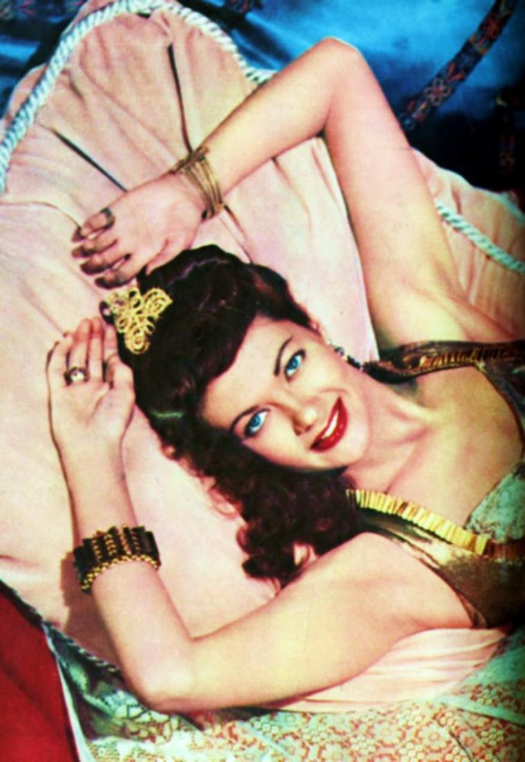 """APPRENTISSAGE / Yvonne De CARLO : Avant de devenir une des plus ravageuses brunes du cinéma américain, Yvonne a figuré, non créditée, dans une vingtaine de films, dont """"Tueur à gages"""" de Frank TUTTLE, avec Alan LADD et Veronica LAKE, """"Pour qui sonne le Glas"""" de Sam WOOD, avec Gary COOPER et Ingrid BERGMAN, """"L'Odyssée du docteur Wassell"""" de Cecil B. DeMILLE. Elle tourne aussi devant les caméras de Mitchell LEISEN et Mark SANDRICH, dans plusieurs comédies qui mettent en vedettes Bob HOPE, Bing CROSBY, Betty HUTTON, côtoyant un certain nombre de stars déjà anciennes telles que Ray MILLAND, Paulette GODDARD, Marlène DIETRICH, Dorothy LAMOUR..."""