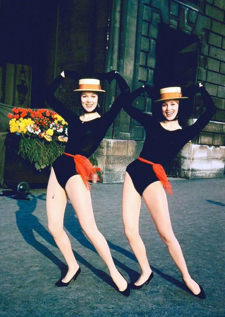 Alice et Ellen KESSLER (part 2) / MINI-BIO / Leur vrai nom était KÄSSLER. Leur père Paul et leur mère Elsa leur firent suivre des cours de danse classique. Le corps de ballet pour enfants de la ville de Leipzig les engagea à l'âge de six ans en 1947. Elles réussirent en 1950 l'examen d'entrée de l'école de danse de l'opéra de Leipzig. En 1952, la famille saisit la chance de quitter la RDA et passa en Allemagne de l'Ouest où les deux s½urs continuèrent leur carrière au théâtre de variété de Düsseldorf. C'est là que Pierre-Louis GUERIN du Lido de Paris les découvrit et les engagea. En 1959, elles représentent l'Allemagne au 4ème Grand Prix Eurovision de la chanson européenne, terminant 7ème sur 11 avec « Heut mocht ich Bummeln » (Nous voulons aller danser ce soir), chanson signée par Astrid VOLTMANN et Helmut ZANDER. Elle continuèrent plus tard leur carrière en Italie où elles vécurent de 1962 à 1986. Elles jouèrent dans plusieurs films en Allemagne, en France et en Italie. Elles ont également été assez connues aux États-Unis où de nombreuses personnalités d'Hollywood comme Frank SINATRA, Burt LANCASTER ou Elvis PRESLEY se montraient volontiers avec « les Allemandes ». Elles reçurent la Rose d'Or de Montreux.