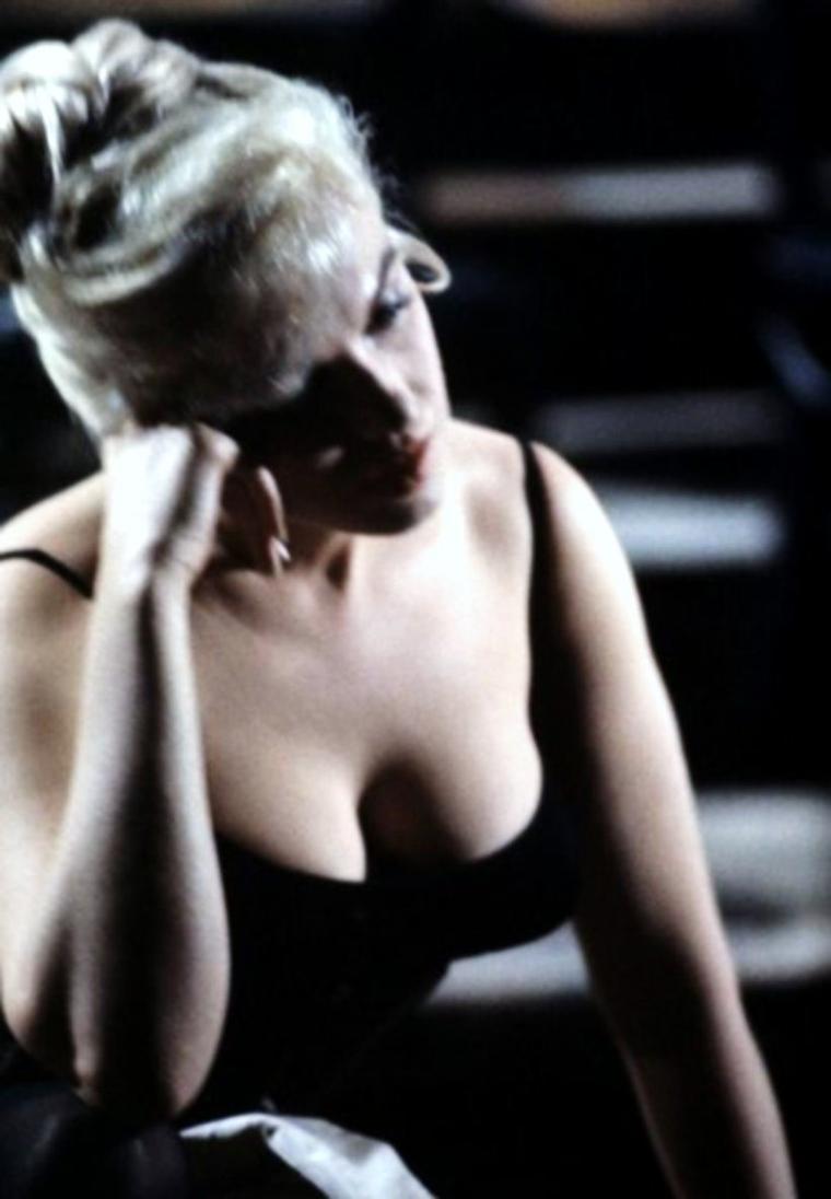 """1960 / Marilyn en pleine répétition sous l'objectif de Richard C MILLER, sur le tournage du film """"Le milliardaire"""" (Let's make love) avec Yves MONTAND."""