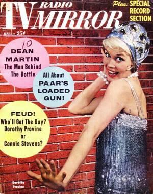 """De 1960 à 1962 / Quand Dorothy PROVINE fait son show dans la comédie musicale """"The roary 20's""""... / Les « Roaring Twenties » désignent la période de croissance et d'insouciance de l'Amérique des années 1920. La dénomination est souvent traduite par « années vrombissantes » ou « années rugissantes ». Ce phénomène n'épargnant pas l'Europe, il est désigné par les termes « années dorées » en Grande-Bretagne et en Allemagne (respectivement « Golden Twenties » ou « Happy Twenties » et « Goldene Zwanziger ») ; en France on parle des « années folles ». Ces différents termes désignent une même réalité, réalité dans laquelle les Etats-Unis font figure de « modèle » qui se serait par la suite diffusé en Europe. Ces prémisses d'une « hégémonie culturelle » américaine manifeste la position dominante des Etats-Unis sur la scène internationale au lendemain de la Grande Guerre. Cette période, qui commence effectivement à la fin de la Première Guerre mondiale et dont l'épilogue est souvent tragiquement associé à la crise de 1929, est définie comme une décennie de changements majeurs, d'évolutions et de prospérité aux Etats-Unis, aussi bien sur le plan économique, que culturel ou sociétal. 1919 a ainsi été désigné comme « l'an premier du siècle » par John Dos PASSOS . Toutefois, l'Amérique des années 1920 c'est aussi, en périphérie de ce phénomène dominant, une Amérique « du refus », une opinion publique divisée sur ses valeurs, une prospérité excluante."""