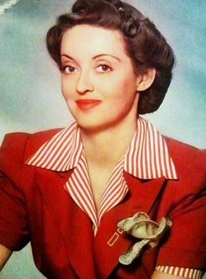 STARS DES ANNEES 30 / (de haut en bas) Constance BENNETT / Jean HARLOW / Norma SHEARER / Joan CRAWFORD / Bette DAVIS / June LANG / Joan BENNETT / Mäe WEST / Les années 1930 couvrent la période de 1930 à 1939. Cette décennie est l'une des plus sombres de l'humanité : famines sans précédent, impacts de la crise économique de 1929, montée des extrémismes, des tensions internationales, de la xénophobie et de l'antisémitisme. Les famines soviétiques de 1931-1933 font plus de 6 millions de morts ; les famines en Chine dans les années 1930 auraient fait au moins autant de victimes. Le totalitarisme se développe. MUSSOLINI et HITLER consolident les dictatures italiennes et allemandes (propagandes, ouverture de camps de concentration en Allemagne, invasions...), FRANCO prend le pouvoir suite à la Guerre civile espagnole. Les politiques sont tournées vers le réarmement. Dans les colonies, les premières indépendances sont accordées mais les empires restent très importants. En occident, en parallèle d'un chômage élevé, les transformations socio-culturelles sont importantes, avec le développement d'une culture populaire, de masse, tournée vers les loisirs (cinéma, radio, premières bandes dessinées...). En France, le Front populaire participe à ces transformations : congés payés, réduction du temps de travail à 12 heures par jour... Mais cette embellie est balayée par la « drôle de guerre » et le régime de Vichy...