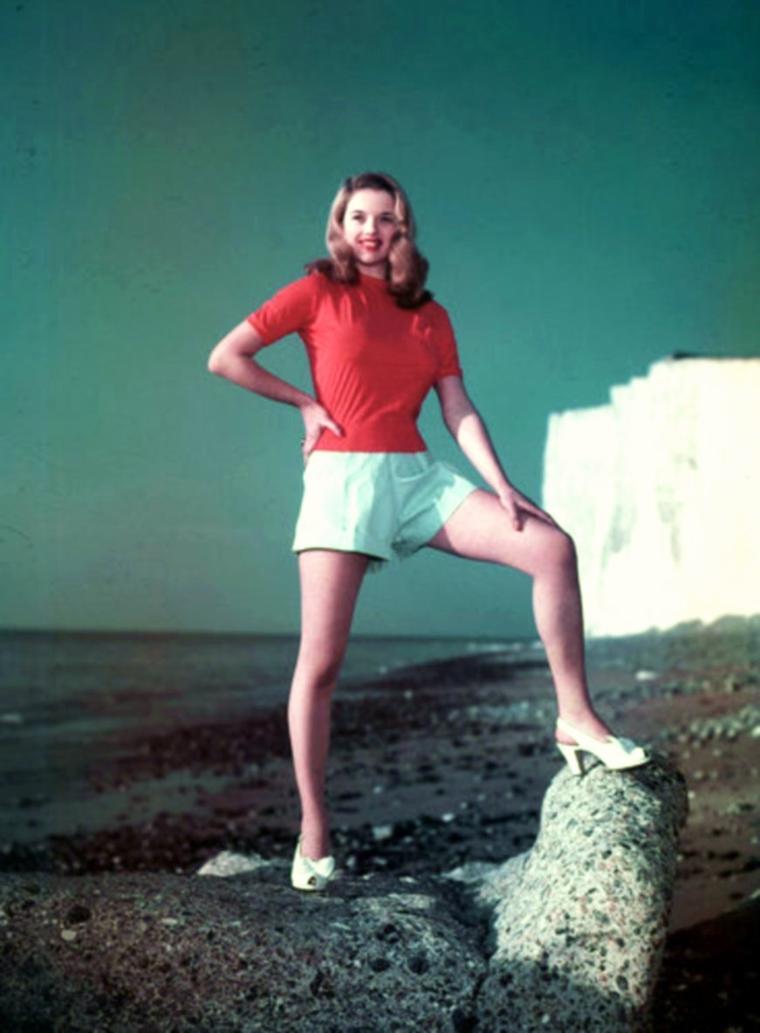 """QUIZZ / (moyen) D'origine anglaise, elle s'impose dans les années 50 comme la blonde érotique d'un cinéma britannique dominé par les brunes (Jean SIMMONS, Joan COLLINS) et qui alors importe des blondes étrangères (Odile VERSOIS, Brigitte BARDOT, Marilyn, Sheree NORTH, Lana TURNER...) / On la surnomme """"La Marilyn anglaise"""" ! On la connaît blonde platine habituellement, la reconnaissez-vous ?..."""