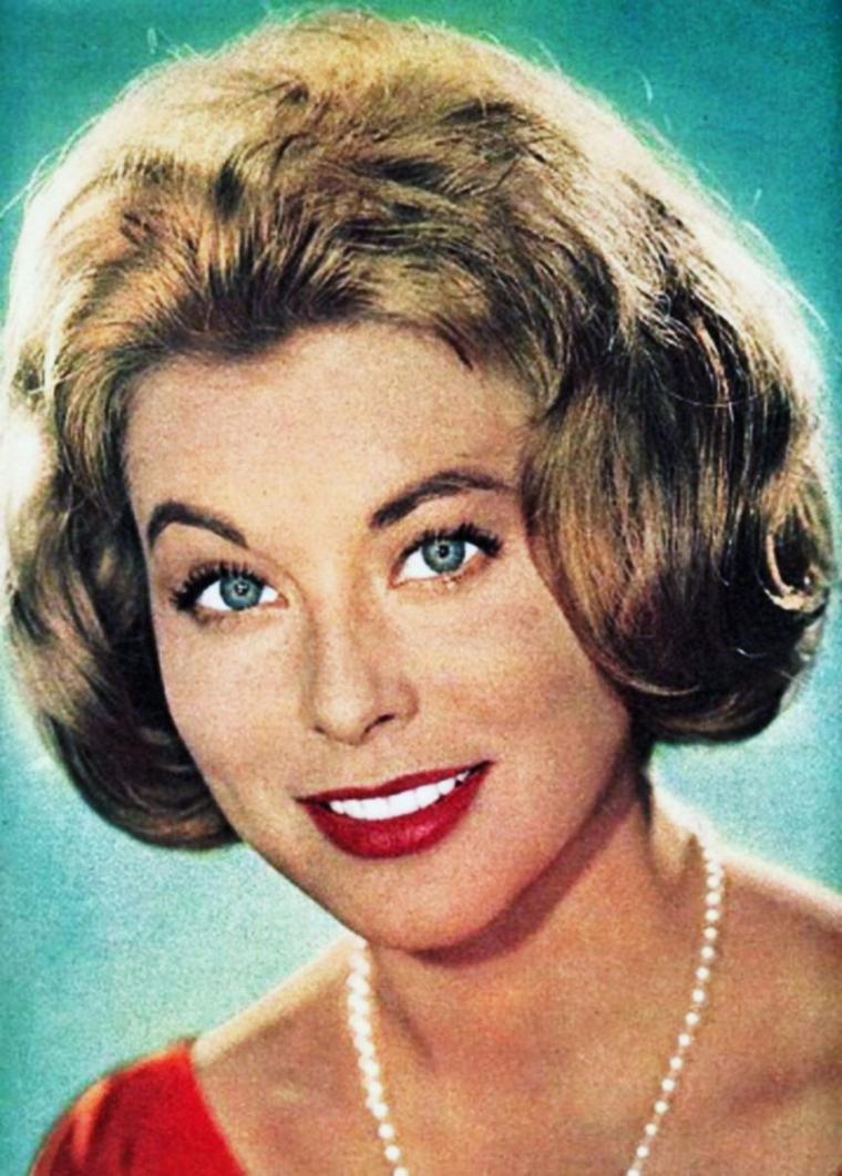 """NEWS / Marianne HOLD, (de son vrai nom Marianne WEISS), est une actrice allemande née le 15 mai 1933 à Johannisburg en Prusse-Orientale (Allemagne) et décédée le 11 septembre 1994 à Lugano en Suisse. Elle est surtout connue en France par le premier film, en 1954, qui marqua la carrière puisqu'elle y tint le rôle-titre dans """"Marianne de ma jeunesse"""" de Julien DUVIVIER. Elle fut l'épouse de l'acteur Frederick STAFFORD."""