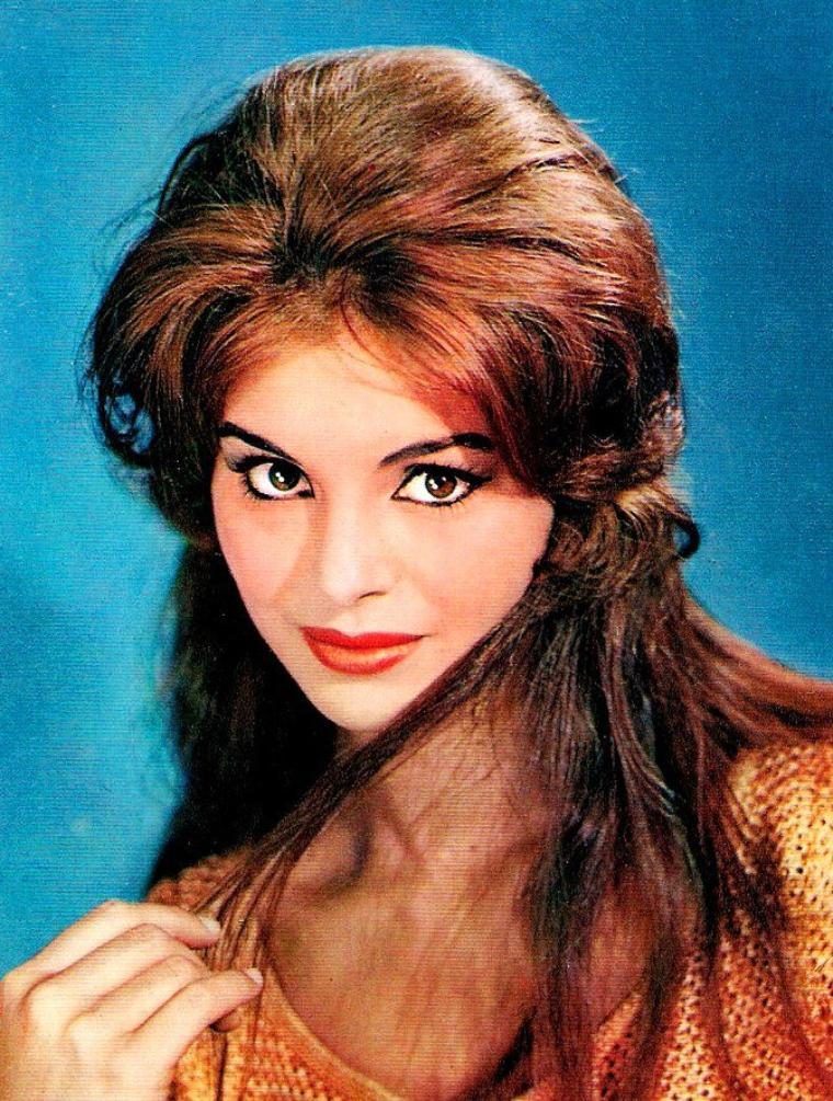 """NEWS / Daliah LAVI (en hébreu : דליה לביא) (de son vrai nom Daliah LEWINBUK, née le 12 octobre 1942 à Shavei Tsion), est une actrice et chanteuse israélienne. Daliah LAVI suit des études de ballet à Stockholm lorsqu'elle apparait pour la première fois dans un film """"Hemsöborna"""" en 1955. De retour en Israël, elle se lance dans une carrière d'actrice et joue alors dans un grand nombre de productions européennes et américaines. Maîtrisant plusieurs langues, elle joue dans des films en allemand, français, italien, espagnol et anglais. Avec le déclin de sa carrière d'actrice, Daliah se lance dans la chanson populaire en Allemagne où elle interprète des succès tels que """"Oh, wann kommst du ?"""" et """"Willst du mit mir geh'n ?""""."""