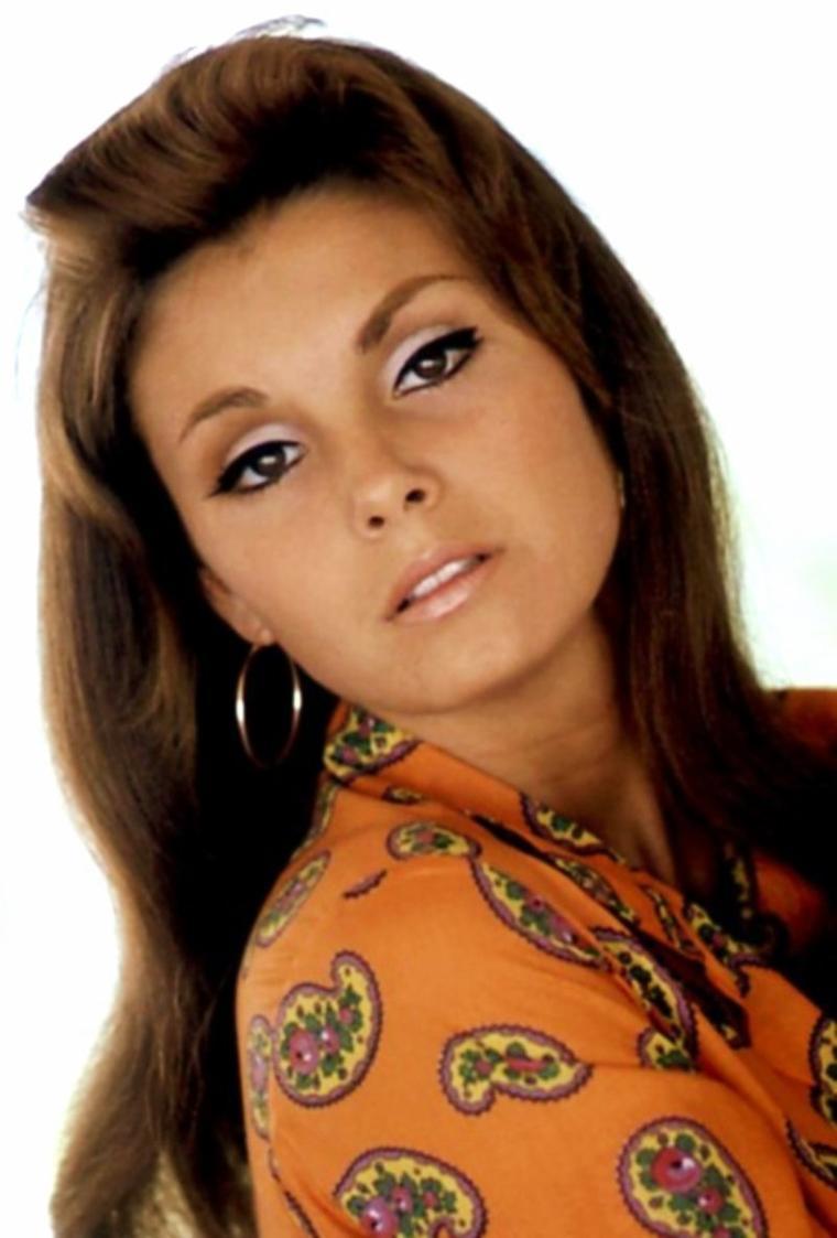 """NEWS / Victoria VETRI (née le 26 septembre 1944 à San Francisco) est un modèle de charme et une actrice américaine également connue sous le pseudonyme Angela DORIAN. A 23 ans, sous le pseudonyme Angela DORIAN elle posa pour le magazine Playboy en tant que Miss Septembre 1967 puis fut choisie comme Playmate de l'Année en 1968. Ce pseudonyme était inspiré du nom d'un prestigieux paquebot italien ayant fait naufrage en 1956 : """"l' Andrea Doria"""". Son dépliant central où elle est allongée nue sur un hamac, fut photographié par Carl GUNTHER. Elle reçut 20 000 $ en cadeaux divers comprenant une automobile American Motors AMX, une montre en or, des skis et une combinaison de ski, une garde-robe complète, une caméra de cinéma, une machine à écrire, un magnétophone, une chaîne stéréo, une guitare..."""