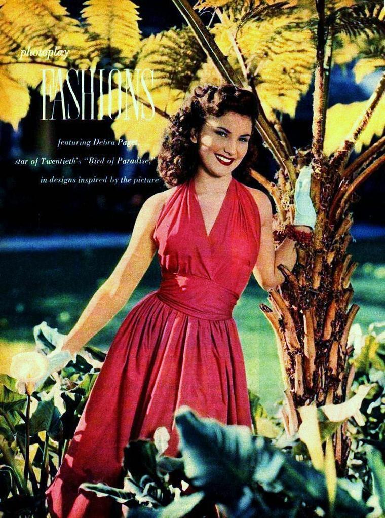 """Debra PAGET / EMPLOIS EXOTIQUES : Sa spectaculaire beauté brune (et quelque peu impavide lorsque l'actrice s'ennuie) la destine aux emplois exotiques, comme la plupart des belles brunes de Hollywood : Gene TIERNEY, Linda DARNELL, Hedy LAMARR, Yvonne De CARLO ou même Elizabeth TAYLOR... Elle s'illustre en Indienne (""""La Flèche brisée"""" avec James STEWART la sacre vedette) ou en Hawaïenne promise au volcan, dans les films pacifistes de Delmer DAVES et plus tard de Richard BROOKS, dans le film d'aventures historiques (""""La Flibustière des Antilles"""" dont l'héroïne est jouée par Jean PETERS, """"Prince Vaillant"""" où elle tient le second rôle féminin derrière la blonde Janet LEIGH), le péplum (""""La Princesse du Nil"""", """"Les Gladiateurs"""" où Susan HAYWARD s'impose encore au premier plan, """"Les Dix Commandements"""" avec Anne BAXTER et Yvonne De CARLO, """"La Vallée des Pharaons"""" / la Fille de Cléopâtre - cosigné par Damiano DAMIANI - en Italie) et l'aventure exotique (""""Omar Khayyam"""" et surtout les deux films de Fritz LANG qui couronnent sa carrière)."""