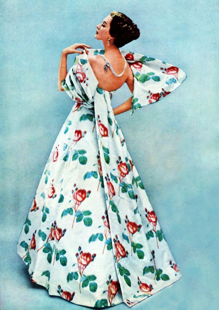 """NEWS / Dovima, née Dorothy Virginia Margaret JUBA le 11 décembre 1927 à New York et morte le 3 mai 1990 à Fort Lauderdale, est un mannequin et actrice américain. Remarquée en 1949, elle figure notamment sur l'un des plus célèbres clichés de l'histoire de la photographie de mode, """"Dovima et les Éléphants"""", prise par son compatriote photographe Richard AVEDON. Elle apparait également dans quelques séries télévisées et dans le film """"Funny face"""" en 1957 aux côtés de Fred ASTAIRE et Audrey HEPBURN (photo). / MINI-BIO / Dorothy Virginia Margaret JUBA, Dovima, est un mannequin de mode des années 1950, née à New York dans le quartier Jackson Heights de parents polonais et irlandais. Elle se fait aborder un jour de 1949 par une femme du magazine Vogue ; des tests-photo sont effectuées immédiatement. Dès le jour suivant, le photographe Irving PENN réalise des photos avec elle. En moins d'un an, elle est le mannequin le plus célèbre de l'agence Ford. Ses photos les plus célèbres sont réalisées par Henry CLARKE, mais surtout AVEDON, dont elle est l'un des mannequin favoris : « Je savais ce qu'il voulait avant qu'il ne l'explique », dira-t-elle plus tard. Représentant la « femme idéale » des années 1950, « sophistiquée », elle reste, avec Suzy PARKER (en) et Dorian LEIGH, une des trois icônes de l'industrie de la mode à cette époque et également l'une des mieux payée. En 1955 sont publiées dans le magazine Harper's Bazaar les deux photos """"Dovima with elephants"""" dont l'une deviendra très célèbre. À 35 ans, elle quitte le métier de mannequin : « Je ne voulais pas attendre jusqu'à ce que la caméra devienne cruelle » dira t-elle. Elle obtient alors quelques petits rôle, principalement dans des séries télévisées. Elle prend sa retraite en 1975 à Fort Lauderdale, et termine sa vie comme serveuse dans le restaurant Two Guys Pizzeria de la ville. Mariée trois fois, elle meurt d'un cancer du foie quinze ans plus tard."""