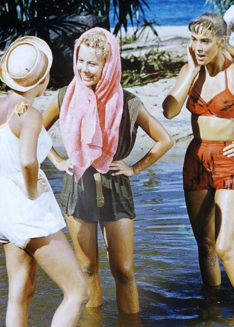 """1958 / Mitzi GAYNOR tente de se laver les cheveux en bonne compagnie lors du tournage du film """"Sout Pacific"""", shampoing qui dégénère vite en franche rigolade..."""