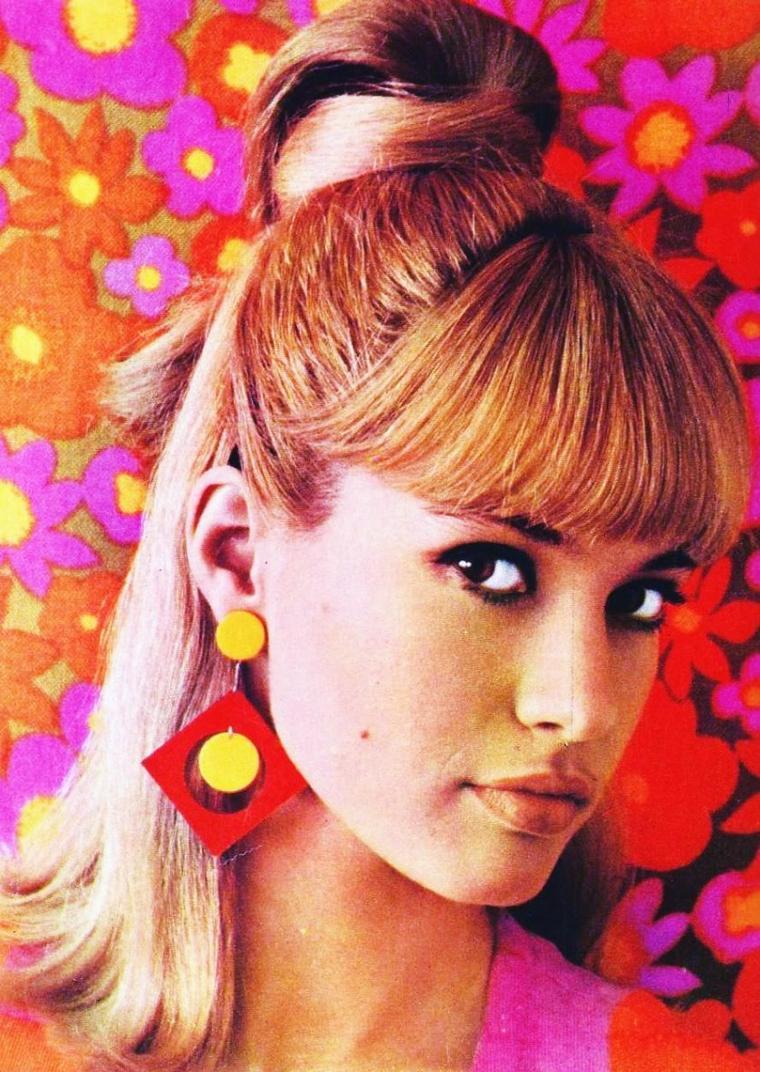 """NEWS / Gillian HILLS est une chanteuse et actrice de cinéma d'origine anglaise, née au Caire (Égypte) le 5 juin 1944. Si son parcours cinématographique s'est partagé entre la France et la Grande-Bretagne, sa carrière discographique s'est pour l'essentiel déroulée en France, où elle a connu un certain succès sur la scène yé-yé au début des années 1960. Eddie BARCLAY a produit ses premiers disques alors qu'elle était encore adolescente. Ses titres les plus connus : """"Ma première cigarette"""" (1960), """"Cou-couche panier"""" (1960), """"Zou bisou bisou"""" (1961)… Elle fut, un temps, l'égérie de l'émission radiophonique """"Salut les copains"""". Charles AZNAVOUR lui a composé deux chansons : """"Ne crois surtout pas"""" et """"Jean-Lou"""" (1961). Elle est également connue pour ses duos : """"Près de la cascade"""" (1960), avec Henri SALVADOR, """"Spécialisation"""" et """"Aimons-nous"""" (1960), avec Eddie CONSTANTINE, """"Une petite tasse d'anxiété"""" (1963), avec Serge GAINSBOURG, et """"C'est bien mieux comme ça"""" (1962), avec Eddy MITCHELL et Les Chaussettes Noires. Son dernier disque a été édité chez Disc AZ : """"Rien n'est changé"""" (1964). Elle a enregistré en tout une quarantaine de chansons reprises pour la plupart sur un double CD dans la série """"Twistin' the rock"""" (BARCLAY). Gillian HILLS a tourné aussi dans une douzaine de films, des petits rôles le plus souvent, qui mettent en valeur sa juvénile beauté et son côté sexy. Le réalisateur Roger VADIM, qui appréciait sa ressemblance avec Brigitte BARDOT, lui a donné sa première chance dans """"Les Liaisons dangereuses"""" (1959). Elle tient ses principaux rôles dans """"L'Aguicheuse"""" (Beat Girl, 1960), d'Edmond T. GREVILLE, """"La Faute de l'abbé Mouret"""" (1970), de Georges FRANJU et """"Nana"""" (1970), de Mac AHLBERG. Elle apparaît également dans """"Blow-Up"""" (1966) de Michelangelo ANTONIONI et """"Orange mécanique"""" (1971) de Stanley KUBRICK."""