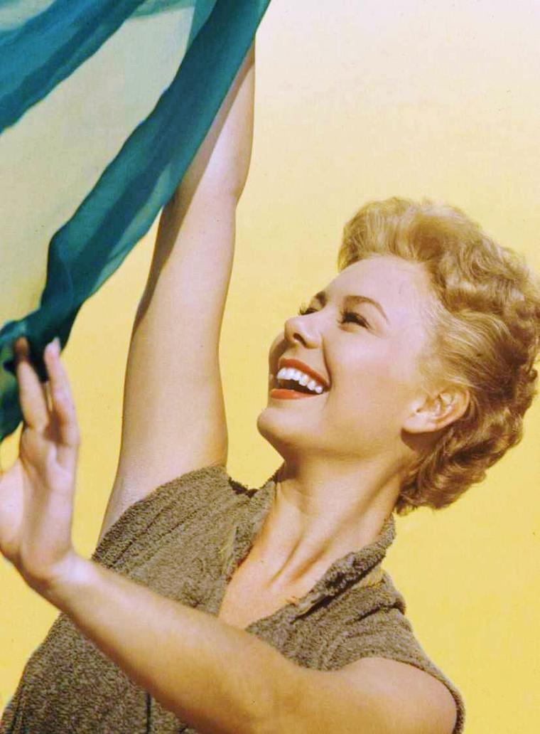 """ANECDOTE / Mitzi GAYNOR (photos 1958) / C'est elle qui était le premier choix de Billy WILDER, le réalisateur de """"Certains l'aiment chaud"""" pour le rôle principal féminin finalement tenu par Marilyn MONROE. Elle devait en être la vedette avec Frank SINATRA qui a, lui, refusé de se travestir pour le rôle, ce que fera finalement Jack LEMMON."""