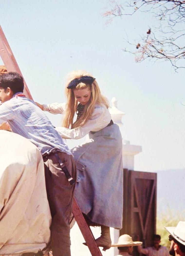 """1965 / Brigitte BARDOT et Jeanne MOREAU sur le tournage du film """"Viva Maria"""". (part 3)."""
