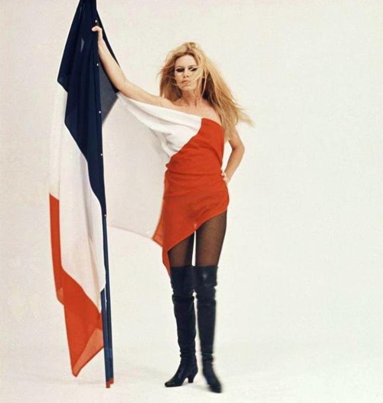 VIVE LA FRANCE ! / La fête nationale française (le « 14 Juillet » ou « 14-Juillet ») est la fête nationale de la France. Elle a été instituée par la loi en 1880, en référence à une double date, celle du 14 juillet 1789, date de la prise de la Bastille, jour symbolique entraînant la fin de l'absolutisme, de la société d'ordres et des privilèges, et celle du 14 juillet 1790, jour d'union nationale lors de la Fête de la Fédération. C'est un jour férié en France. (photo B.B.). / Buste officiel de Brigitte BARDOT sculpté par Alain ASLAN en 1969. - Le buste de Marianne est l'un des symboles de la République Française. Il représente le plus souvent une femme, appelée Marianne coiffée d'un bonnet phrygien et c'est à la Révolution Française que l'on verra apparaître pour la première fois cette représentation : symbole de liberté. Par la suite, l'image de Marianne a beaucoup évolué au fil des siècles avec des représentations très nombreuses et surtout très différentes. De nos jours, certaines personnalités prêtent leur image à Marianne : Brigitte BARDOT, Laetitia CASTA, Mireille MATHIEU ou encore Catherine DENEUVE. Le buste de Marianne est devenu un élément incontournable du symbole de la République dans tous les édifices publics : Mairies, Préfectures, Tribunaux, etc...