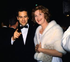 1962 ACADEMY-AWARDS / Arrivée des artistes lors de la 34ème cérémonie des OSCARS... (de haut en bas) Russ TAMBLYN and his wife Sheila Elizabeth KEMPTON / Harriet ANDERSSON and Ward VINER / Geraldine PAGE and her husband Rip TORN / Joanne WOODWARD and her husband Paul NEWMAN / Stuart WHITMAN and his wife Patricia LaLONDE / David JANSSEN and his wife Ellie GRAHAM / Suzanne PLESHETTE and her husband Troy DONAHUE