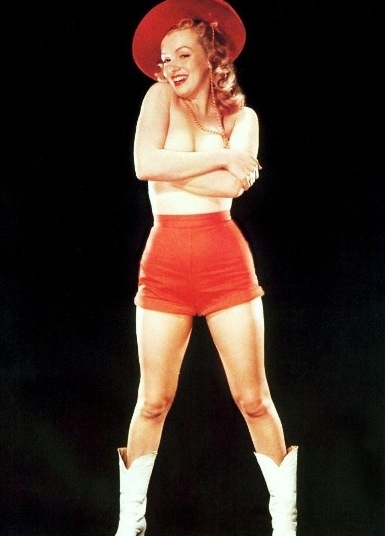 HOT / 24° déjà ce matin, 3 jours de canicule annoncés à partir d'aujourd'hui, 37° dans la journée, voir plus... Quand Marilyn a trop chaud, elle enlève le haut !...