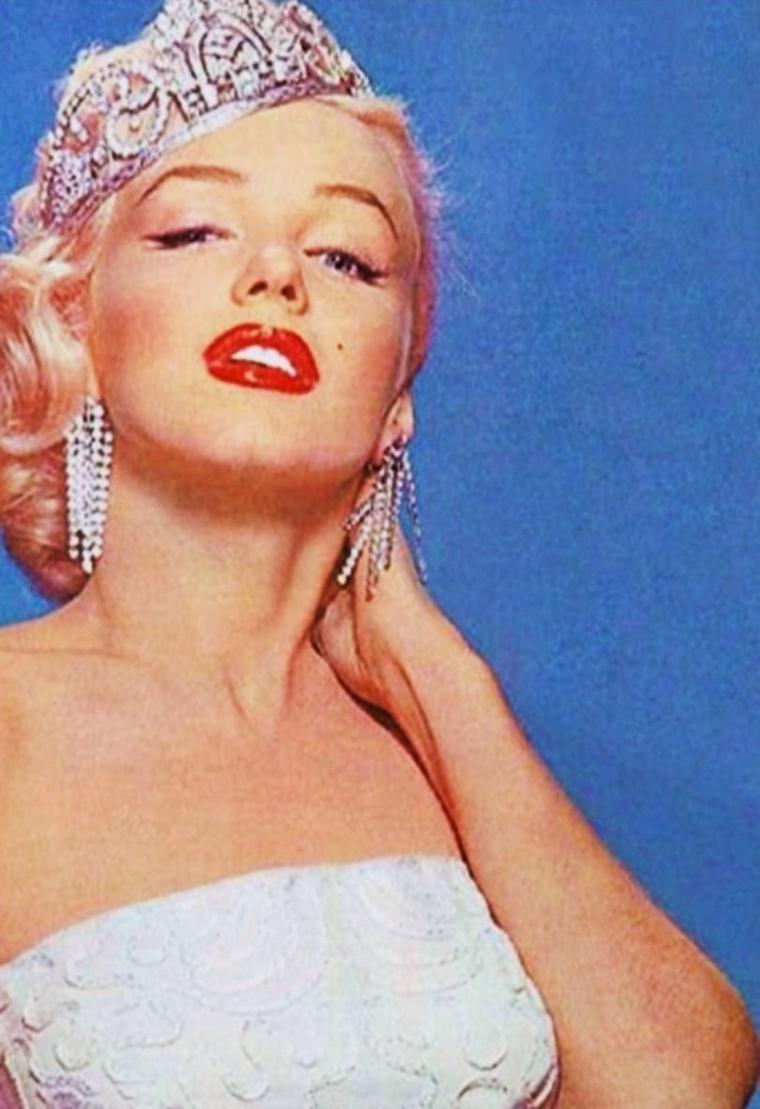 """Marilyn le chantait si bien... PAROLES en Français de sa fameuse chanson """"Diamonds are a girl's best friend"""" (tirée du film """"Les hommes préfèrent les blondes"""") / LES DIAMANTS SONT LE MEILLEUR AMI DE LA FEMME / Les français sont élevés pour mourir d'amour Ils aiment se battre en duel Mais je préfère un homme vivant Qui m'offre de coûteux diamants Le baise-main est peut-être très continental Mais les diamants sont le meilleur ami de la femme Un baiser est très bien, mais ça ne paie pas le loyer De votre humble appartement ni ne vous aide à la laverie Les hommes se refroidissent quand les femmes vieillissent Et nous perdons toutes nos charmes à la longue Mais taillés en carré ou en goutte d'eau ces cailloux ne perdent pas leurs formes Les diamants sont le meilleur ami de la femme Tiffany's, Cartier, ça, c'est parler, Harry Winston, parle m'en encore ! Il peut venir un temps ou une fille a besoin d'un avocat Mais les diamants sont le meilleur ami de la femme Parfois, un employeur pense que vous êtes affreusement mignonne Mais sans ces glaçons attention Il vous aime quand la bourse va bien Mais attention quand ça dégringole Ces lâches retournent voir leur femme Les diamants sont le meilleur ami de la femme J'ai entendu parler de liaisons purement platoniques Mais les diamants sont le meilleur ami de la femme Et je pense que les histoires qui restent des liaisons Sont plus belles si les petites poules ont de gros cadeaux Le temps s'en va, la jeunesse s'envole Et vous ne pouvez plus vous redresser Mais même avec le dos ou les genoux tordus Vous êtes droite chez Tiffany's Diamants ! Diamants ! je ne parle pas du gros sel Mais les diamants sont le meilleur ami de la femme. (de haut en bas, pour illustrer cette chanson) Gina LOLLOBRIGIDA / Joan CRAWFORD / Julie ANDREWS / Brigitte BARDOT / Elizabeth TAYLOR / Zsa Zsa GABOR / Marilyn / Sophia LOREN"""