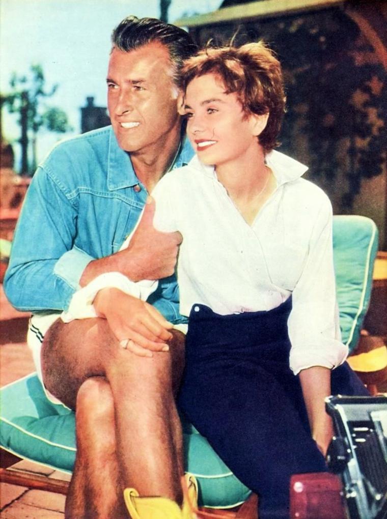 """RUBRIQUE / COUPLES DE LEGENDE / Jean SIMMONS et Stewart GRANGER se marient le 20 Décembre 1950 et divorcent le 12 Août 1960 ; le couple aura un enfant. / PETITE HISTOIRE /  En 1949, la jeune Jean retrouve Stewart GRANGER (ils s'étaient déjà croisés sur le tournage de """"César et Cléopâtre"""" en 1945) et ils forment le plus beau couple de l'époque dans """"Adam et Evelyne"""" d'Harold FRENCH. Mais Stewart GRANGER est marié et ils doivent se montrer discrets un temps. La jeune première a par ailleurs pour partenaires Dirk BOGARDE dans """"Si Paris l'avait su"""", film à suspense de Terence FISHER, puis Trevor HOWARD dans """"Trio"""" (en) adaptation de et par Somerset MAUGHAM. Elle part pour Hollywood, où l'attend un contrat avec la 20th Century Fox, tandis que Stewart GRANGER, qui a quitté sa femme, est pris sous contrat par la MGM. Jean s'impose simultanément dans de luxueuses productions historiques (""""Androclès et le lion"""" d'après George Bernard SHAW, """"La Tunique"""", premier film en Cinemascope, avec son compatriote Richard BURTON, """"L'Égyptien"""" de CURTIZ d'après le roman de Mika WALTARI, """"La Reine Vierge"""" avec Stewart GRANGER, Deborah KERR et Charles LAUGHTON, """"Désirée"""" avec Marlon BRANDO en Napoléon, """"Spartacus"""" de KUBRICK, où elle est la seule star féminine parmi Kirk DOUGLAS, Laurence OLIVIER, Tony CURTIS et Peter USTINOV, voir TAGS jean SIMMONS) et dans des drames modernes signés par Otto PREMINGER, George CUKOR et son deuxième mari Richard BROOKS. Pendant sa carrière hollywoodienne, l'actrice tourne également le western """"Les Grands Espaces"""" de WYLER, le film musical """"Blanches colombes et vilains messieurs"""" de MANKIEWICZ avec BRANDO et Frank SINATRA, la comédie """"Ailleurs l'herbe est plus verte"""" de Stanley DONEN avec Cary GRANT et le thriller victorien, """"Des pas dans le brouillard"""" avec Stewart GRANGER... Grande séductrice de l'écran, Jean SIMMONS a eu également pour partenaires Robert MITCHUM, Burt LANCASTER, Paul NEWMAN, Gregory PECK, Dean MARTIN ou Rock HUDSON. Des rumeurs persistan"""