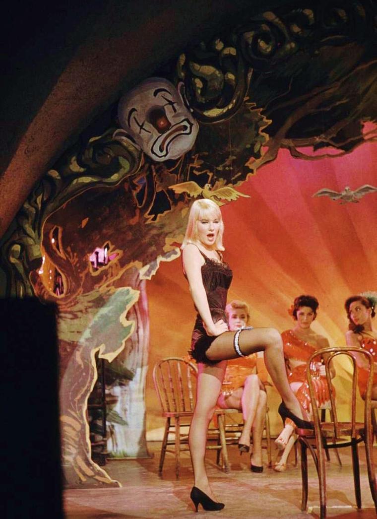 """1959 / Quand May BRITT joue Lola-Lola, dans le film """"The blue Angel"""" d'Edward DMYTRYK, remake du film """"L'Ange bleu"""" de Josef Von STERNBERG où le rôle de Lola-Lola était interprètée par Marlène DIETRICH en 1930."""