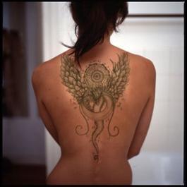 Tatouage Dragon aux Pétales de Rose