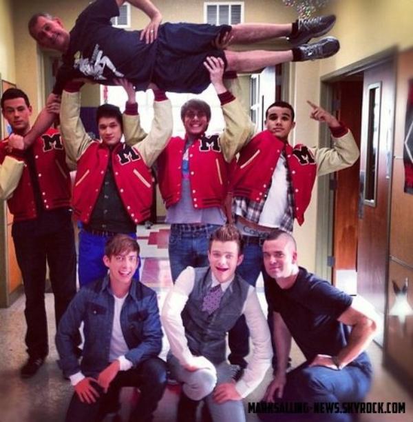 Photos postées sur Twitter, pour les Sectionals du Glee club + des autres photos pour l'épisode de Noël ( on remarque qu'on a fait pousser une fausse crête à Mark à mon avis, car en ce moment il est rasé...)