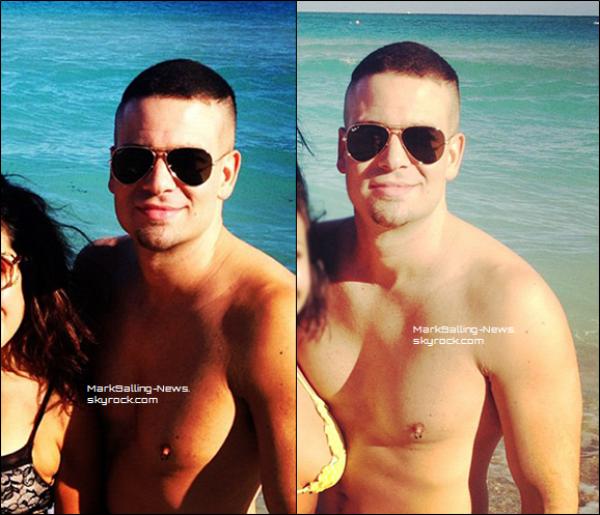 """Photos de Mark et des amies à la plage datant d'il y a quelques jours, on peux mieux voir sa nouvelle coupe de cheveux ici, c'est en quelque sorte une """"grosse crête"""" et on remarque qu'il a de nouveau son perçing au téton"""