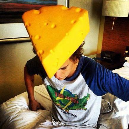 Harry, le fromage ça ne se porte pas, mais ça se mange !!