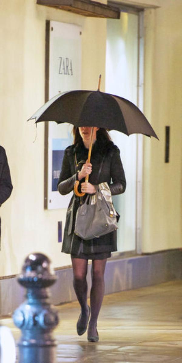 Kate faisant du shopping sous la pluie